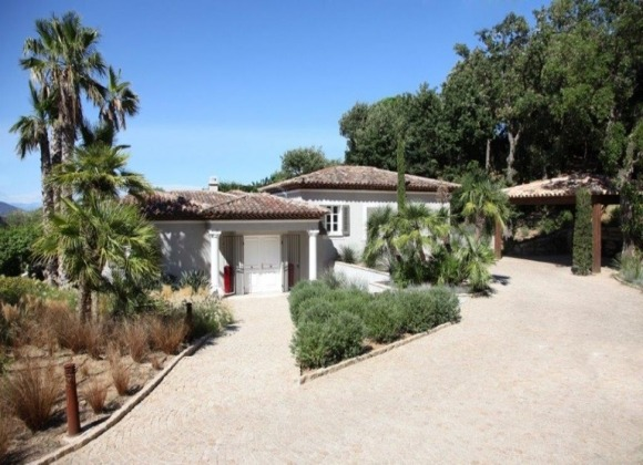 Rent Villa Grey and Blue in La Belle Isnarde Saint Tropez - front garden