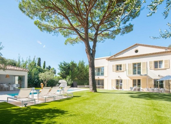 villa for rent st tropez place des lices anna property view