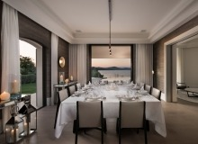 rent villa waters edge saint tropez dining area