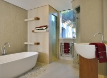 holiday rental les parcs de st tropez royal palm bathroom