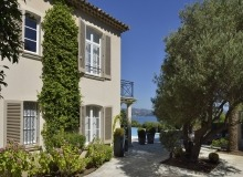 villa for rent les parcs de st tropez royal palm property backyard