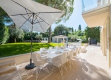 villa for rent st tropez place des lices anna outdoor dining area