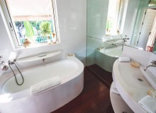 villa for rent white parrot les parcs st tropez bathroom