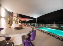 Villa Elegante in Pampelonne - swimming pool and summer dining area by night